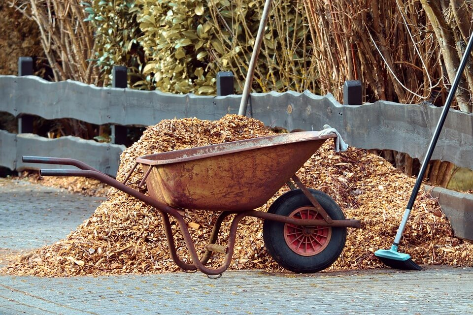 How to apply landscape mulch